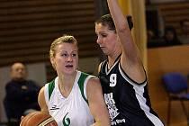 Basketbalistka Irena Borecká ještě v dresu Karlových Var (v černém).