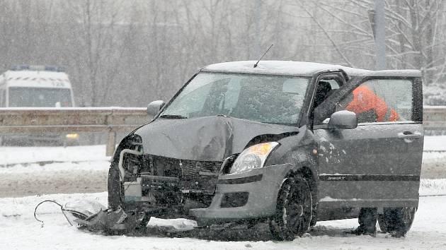 Na třídě Generála Píky, nedaleko zastávky Bieblova, narazilo po jedenácté hodině auto do sloupu a na dvě hodiny zůstal neprůjezdný pravý jízdní pruh.