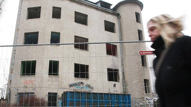 Nevzhledný dům na rohu ulic Koliště a Milady Horákové brzy zboří.
