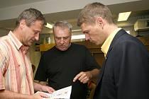 Majitel 1. FC Brno Roman Pros (vpravo) v rozhovoru s trenérem Petrem Uličným (uprostřed).