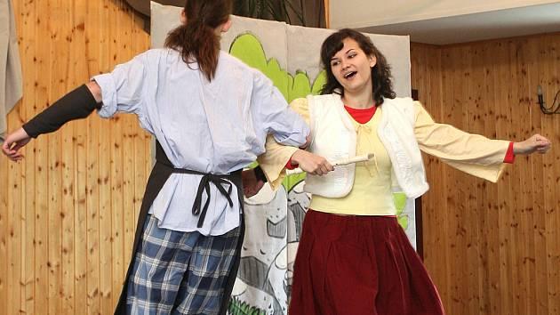 Přestavení Poklad z velikonoční studánky v podání soubor Absolutního divadla.