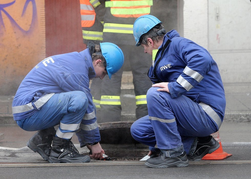 Hasiči a technici u poškozeného parovodu v centru Brna.