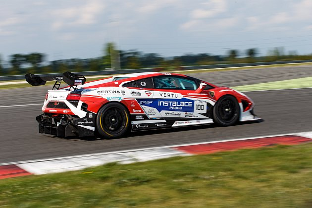 Druhý víkend Carbonia Cupu přinesl první vítězství pro Michala Petrů a brněnský tým Mičánek Motorsport.