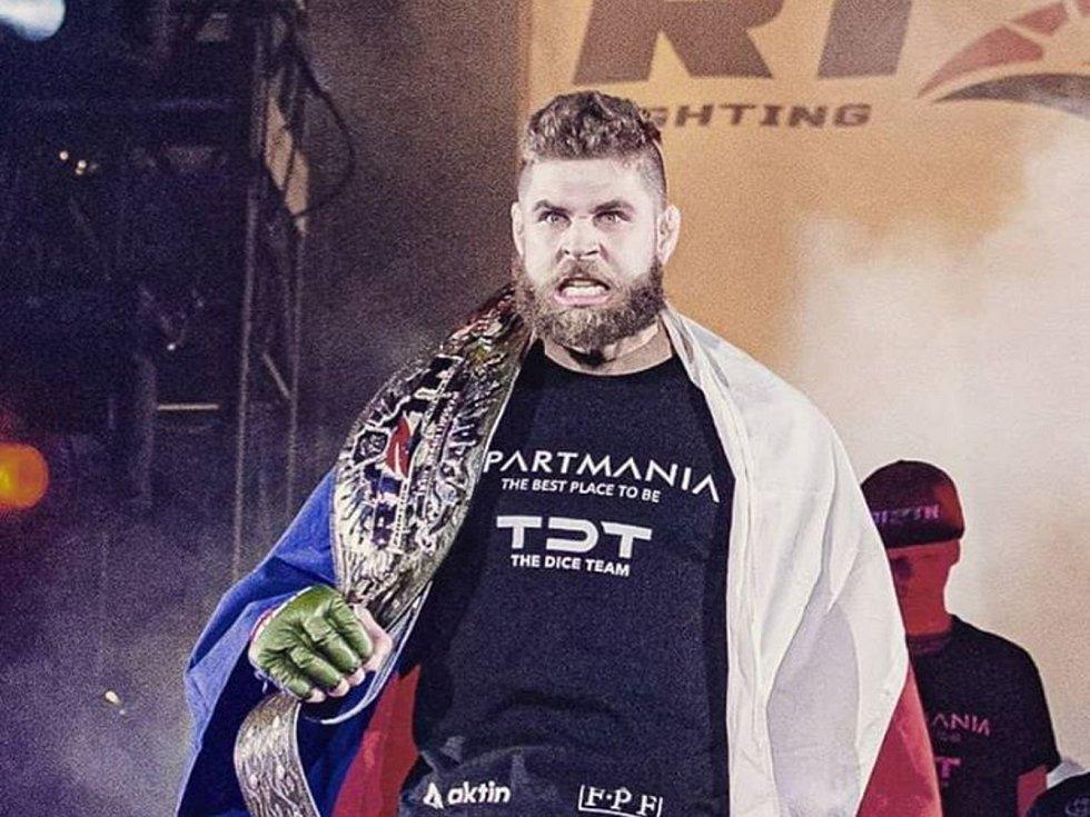 Bojovník brněnského Jetsaam Gymu Jiří Procházka obhájil v japonské Saitamě titul Rizin FF v polotěžké váze do 93 kilogramů.