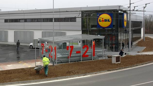 Nový garážový a obchodní dům řetězce Lidl v brněnských Kohoutovicích.