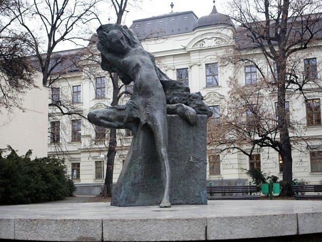 Sochu Lišky Bystroušky na Janáčkovo náměstí v Brně zhotovil v roce 1993 akademický sochař Jiří Marek.