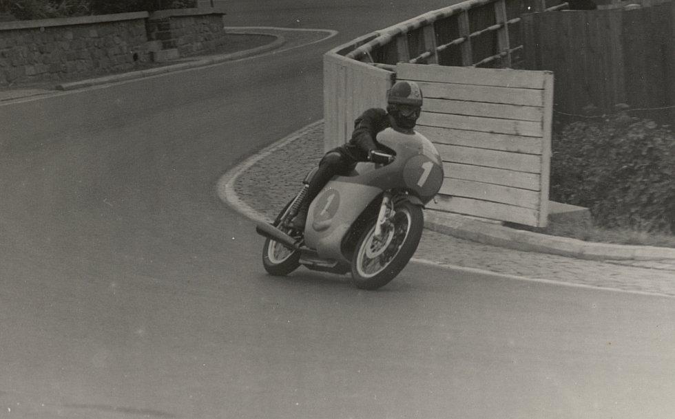 Na brněnské dráze zářil také jeden z nejlepších motocyklistů světa Giacomo Agostini. Fenomenální Ital na Agustě, kterou v pozdních letech kariéry vyměnil za Yamahu, vyhrál na Masarykově okruhu sedmkrát, čtyřikrát v královské kubatuře.