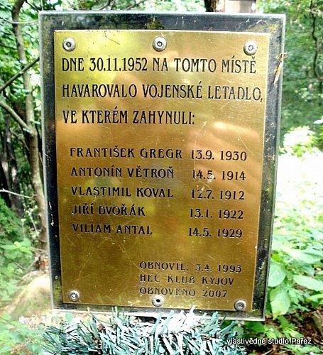 Pomník leteckéhho neštěstí zroku 1952na vrcholu Bradlo.