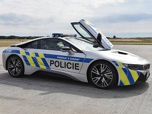 Supersport BMW i8. Policie si od auta slibuje hlavně větší ukázněnost řidičů na dálnici.