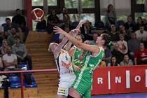 První brněnské basketbalové derby sezony ovládly v říjnu na palubovce Žabin (v bílém dresu) hráčky Králova Pole (v zelených dresech) 83:73.
