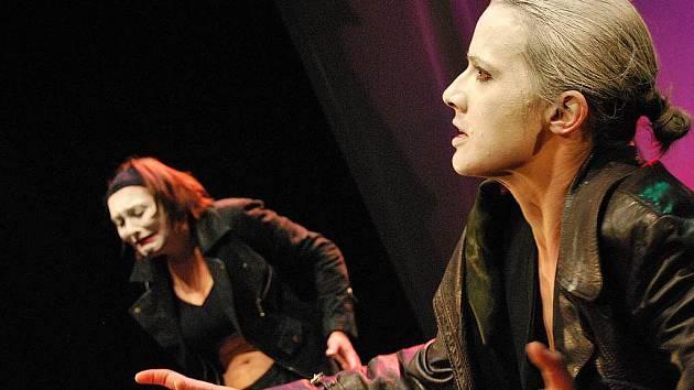 ZOUFALÁ. Ženu, která touží žít, a brání jí v tom nemoc, ztvární Petra Bučková, Sára Venclovská (obě na snímku) a Simona Peková.