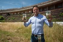 Fotbalista Petr Švancara pózuje se speciální limitovanou edicí kelímků, do kterých se při jeho rozlučce bude točit pivo. Jejich zakoupením na akci přispějí lidé i na stadion za Lužánkami.