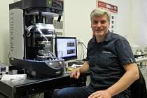 Martin Vrbka v tribologické laboratoři FSI VUT.
