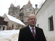 Premiér Bohuslav Sobotka před hradem Pernštejn.