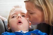 Matěj po nevydařené operaci na podzim roku 2012 se svou maminkou.