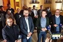 Nová krajská koalice na jihu Moravy bude bez vítězného ANO. Domluvili se na ní Piráti, ODS, lidovci a Starostové pro jižní Moravu. Podepsali memorandum o spolupráci. Hejtmanem by měl být Jan Grolich (druhý zprava).