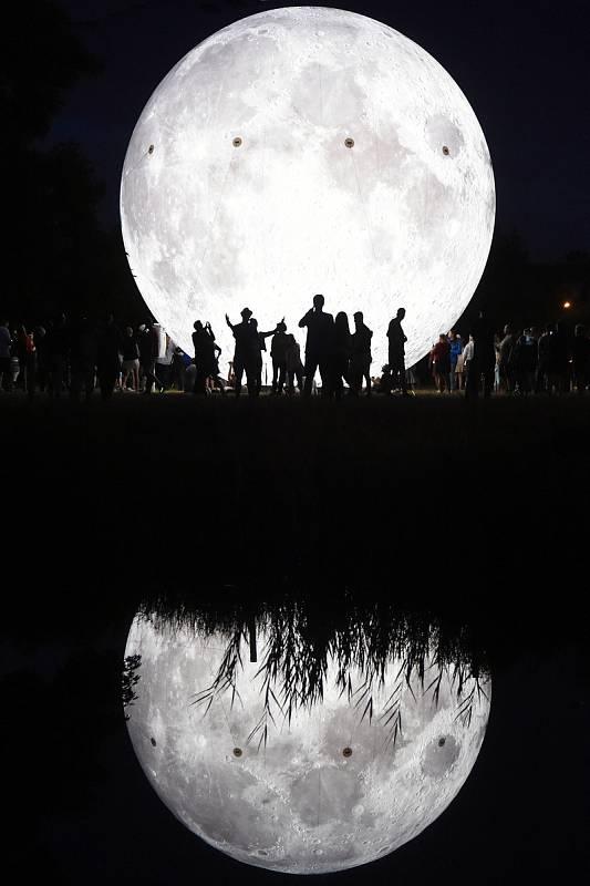Měsíční noc v parku pod hvězdárnou na Kraví hoře.