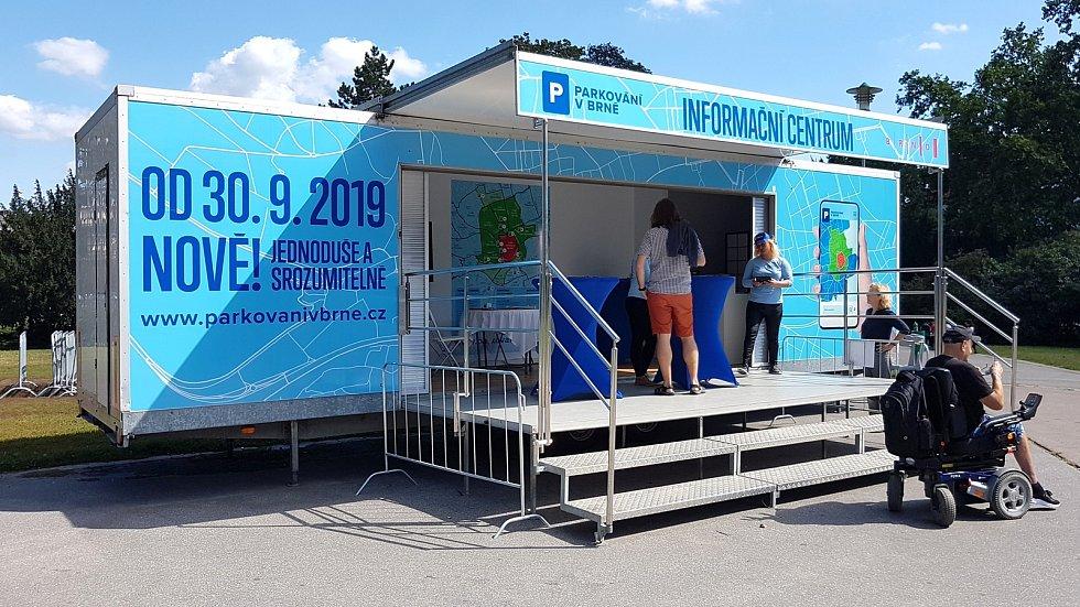 Info stánek, baner a nové značky k rezidentnímu parkování na Moravském náměstí a třídě Kapitána Jaroše.