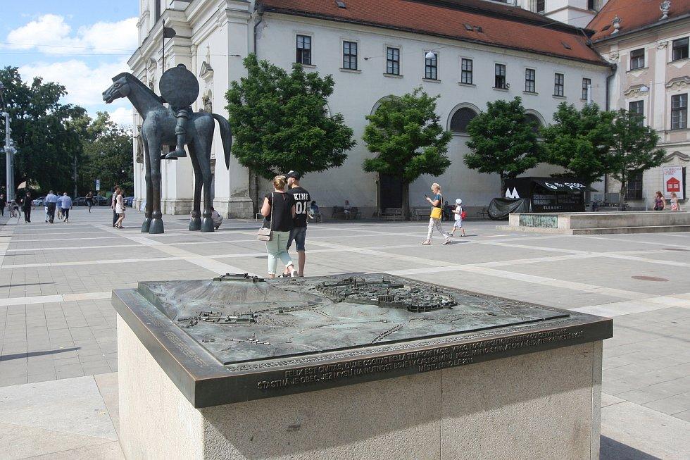 Mapa Brna z doby třicetileté války znamenající prozíravost a jezdecká socha Jošta na Moravském náměstí v Brně.