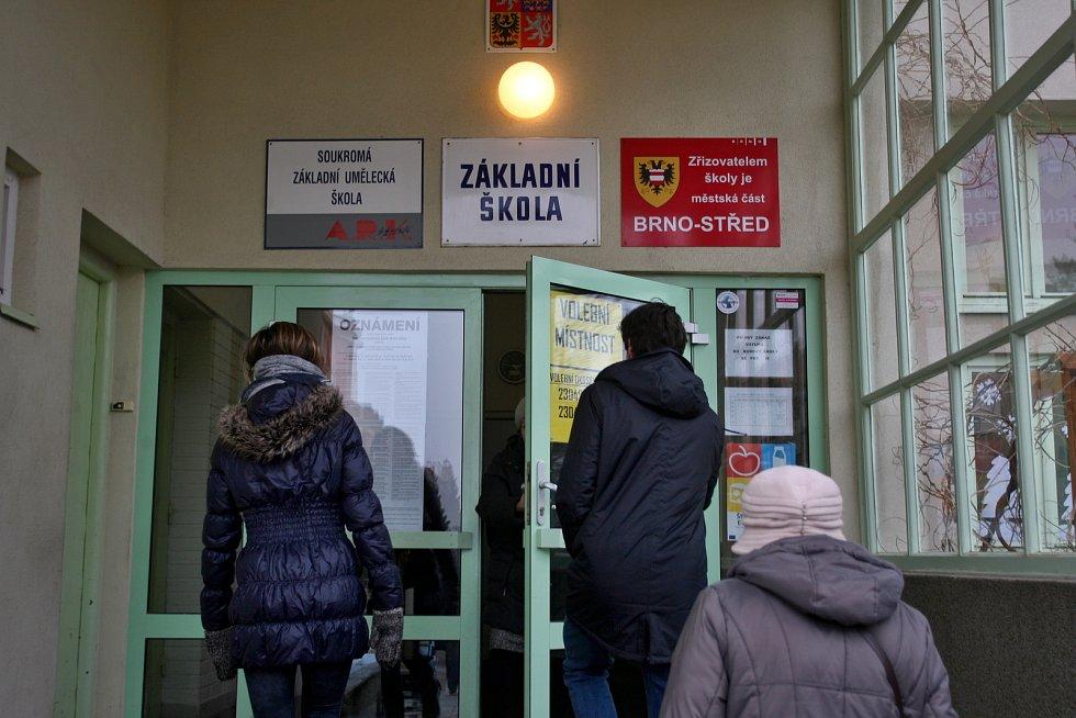 Volby ve školách na náměstí Míru a náměstí 28. října.