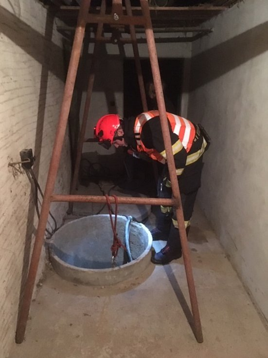 V úterý podvečer hasiči v brněnském Žebětíně nacvičovali záchranu osob ze studny.