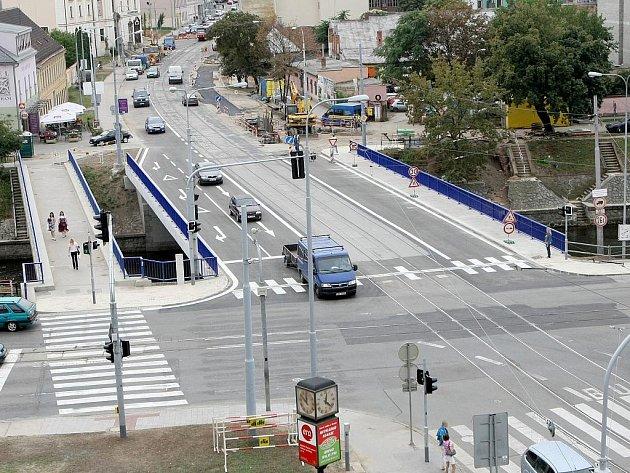 Nový povrch ale především jeden jízdní pruh navíc získal most přes řeku Svratku ve Vídeňské ulici v Brně.