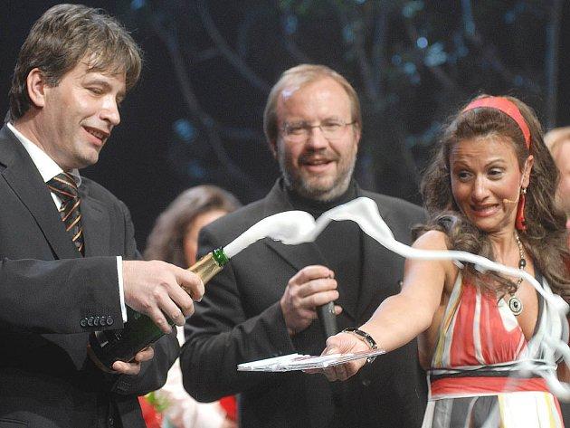 Brněnský primátor Roman Onderka pokřtil spolu s dalšími zvukový nosič s nahrávkou muzikálu Čarodějky z Eastwicku.