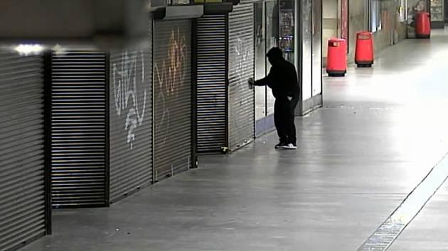 VIDEO: Stačilo třináct vteřin a byl fuč. Sprejera záhy dopadli strážníci