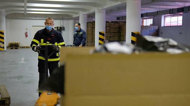 Hasiči rozváží respirátory pro potřeby škol na jihu Moravy.