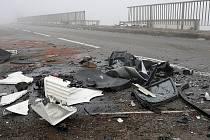 Auto spadlo z mostu na dálnici D1.
