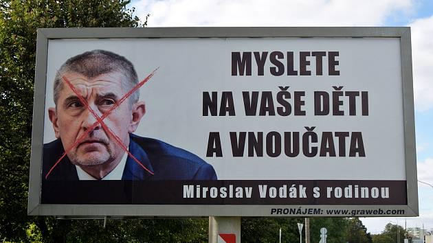 Myslete na vaše děti a vnoučata. Takový je text billboardu s přeškrtnutou fotografií Andreje Babiše na hlavním tahu v Hustopečích.