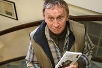 Ivan Kraus se svou knihou Mezinárodní polibky.