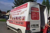 Dodávka, ve které se prodává maso.