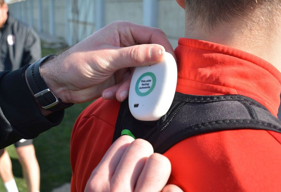 Textilní vesty mají na zádech pouzdro na čip, sesbíraná data vyhodnocuje kondiční kouč.
