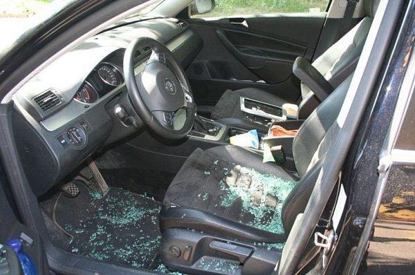 Navigace kradl mladík zaut přes okno spolujezdce.