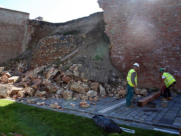 Dělníci staví podpěrnou zeď u zřícené části hradeb hradu Špilberk.