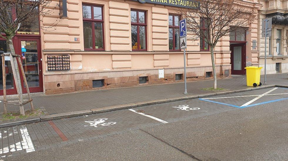 Brno ulice Marešova - parkovací místa pro motocykly