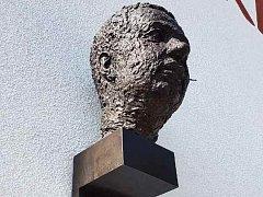 Busta rodáka a slavného herce Vladimíra Menšíka nově zdobí prostor před budovou ivančické základní školy.