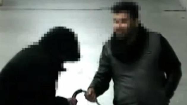 Na páteční večer zřejmě dlouho nezapomene starší žena z Brna. Když procházela podchodem u hlavního nádraží, za svou oběť si ji vybral šestadvacetiletý zloděj.
