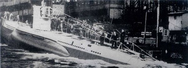 Jediná dochovaná fotografie ponorky dokumentuje její spuštění do vody. Na přídi měla znak Brna a znak smedvědem. Patřil 11.flotile, pod kterou ponorka spadala.