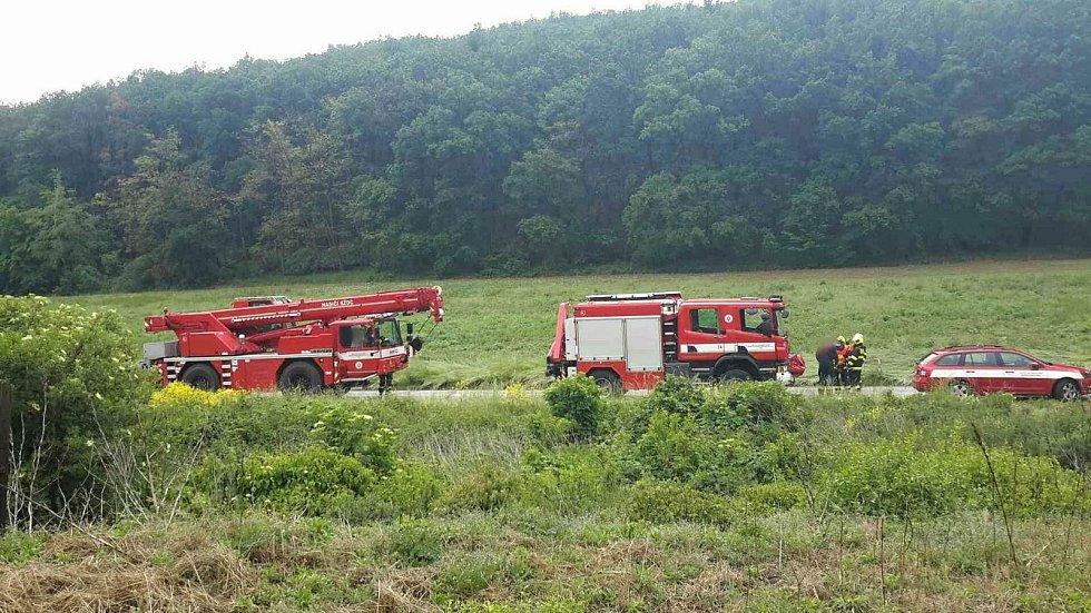 Vlak se srazil s osobním autem u obce Moravské Bránice na Brněnsku. Nehoda se stala v sobotu v půl druhé odpoledne na silnici 152. Řidič osobního vozu na místě zemřel.