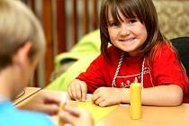 Děti se učily vyrábět svíčky z vosku.