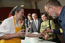 Vína všech barev i chutí zaplnila v neděli po desáté dopoledne orlovnu v Hlaváčově ulici v brněnských Obřanech. Koná se tam totiž už jedenadvacátý ročník tradiční Výstavy vín.