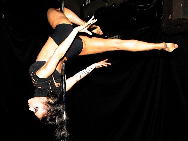 Dívky, které umí létat okolo tyče, v sobotu večer ukazovaly svůj um na třetím Decadance Ballu.