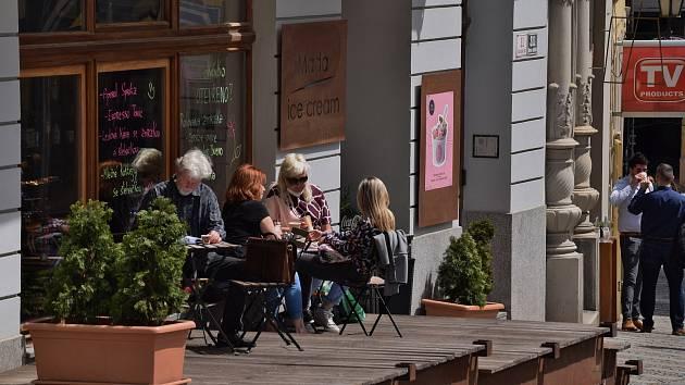 Posezení na zahrádkách v centru Brna.