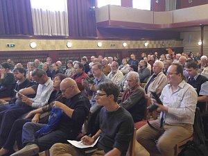 V brněnském Dělnickém domě debatovali zástupci města s lidmi ohledně nastávající patnácti měsíční uzavírky Zábrdovické ulice.