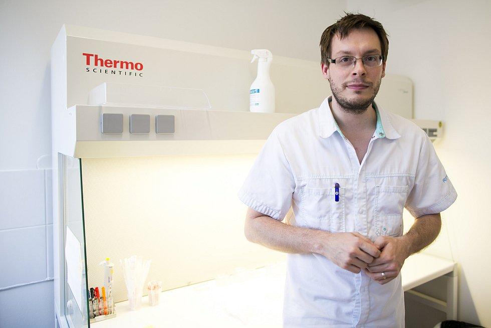 Pomohou otěhotnět i párům s HIV, vajíčka dokážou zamrazit na desítky let. Reprodukční kliniky z České republiky jsou v Evropě špička. Největší z nich, brněnské Reprofit, se věnuje další díl seriálu Deníku Rovnost Za zavřenými dveřmi.