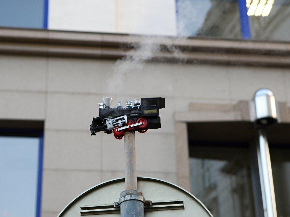 Před brněnským Nejvyšším správním soudem na Moravském náměstí se objevila na takzvané kouřící značce lokomotiva.