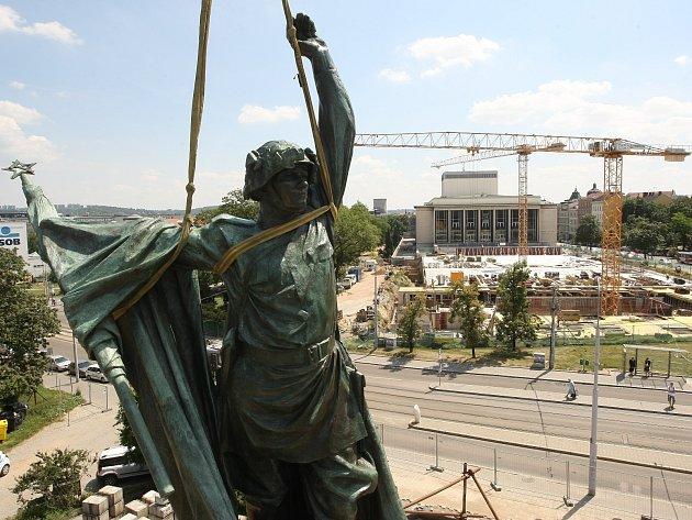 Instalace sochy Rudoarmějce na brněnském Moravském náměstí v roce 2013.