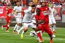 Guinejský fotbalista Mohamed Traoré (v červeném v souboji se sparťanem Václavem Kadlecem).